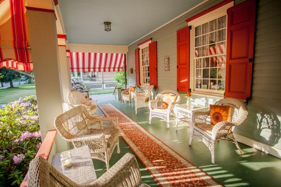 Main Street Manor Bed & Breakfast Inn: Welcome to the Veranda!
