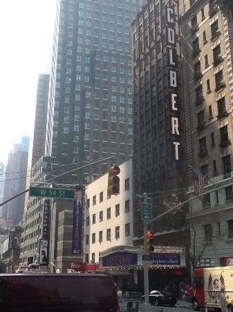 bustling times square is right around the corner picture of hilton rh tripadvisor co uk