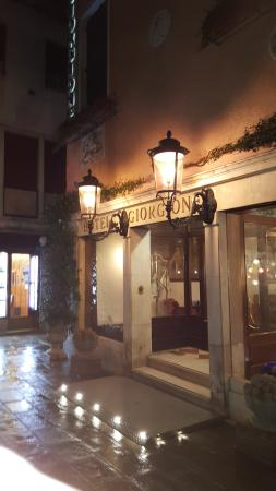 Giorgione Hotel: Hotel at night