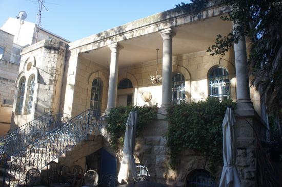 Jerusalem Garden Home : Вид на террасу перед входом