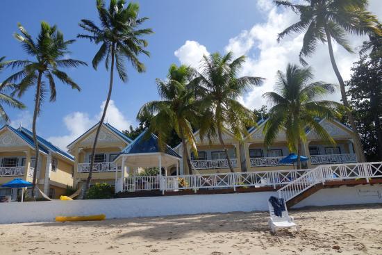 Villa Beach Cottages: Blick auf die Hotelanlage vom Strand aus