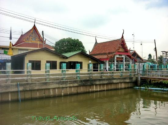 Pathum Thani, Tailandia: บริเวณอาคารริมน้ำ