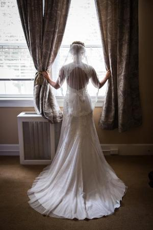 Versailles, KY: Bride getting ready in a bedroom at The Woodford Inn.