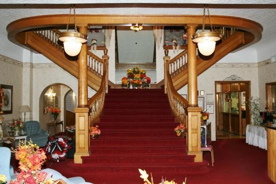 Gunter Hotel: Beautiful lobby stair case