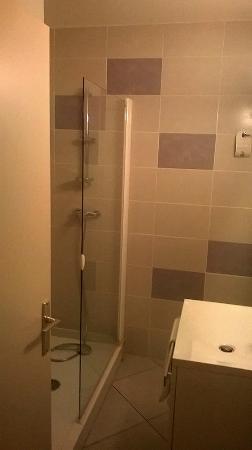 Hotel Brun: Salle d'eau avec grande douche