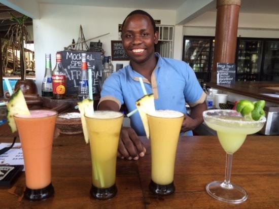 Azanzi Beach Hotel: Friendly barman
