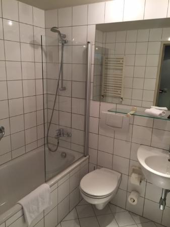 K+K Hotel Fenix: Mini Bad Mit Der Kleinen Dusche Im Bad