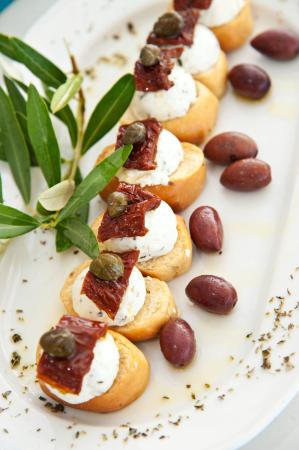 Kionia, Grecja: Κρίθινα Ντακάκια με τοπικό Τυρί.