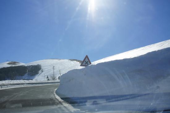 Piana di Castelluccio di Norcia: Muri di neve