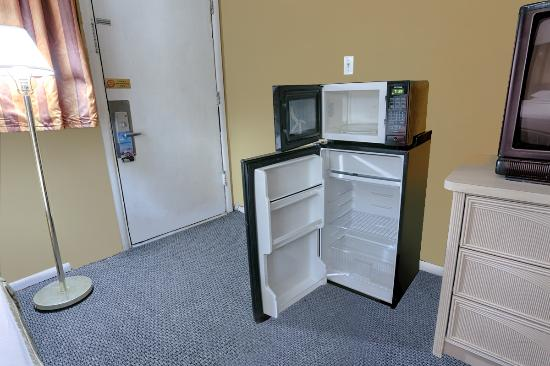 Travelodge Phoenix Downtown: Fridge and Microwave Clean