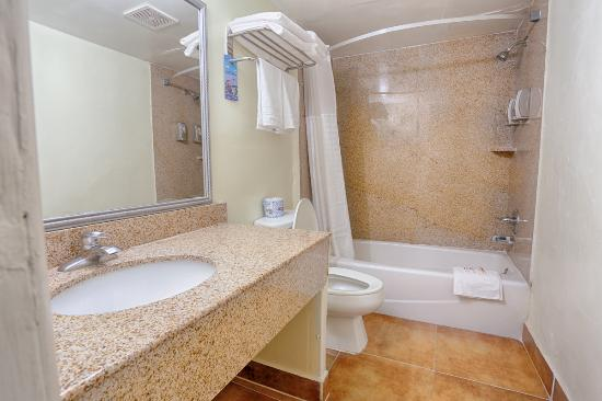 Travelodge Phoenix Downtown: Bathroom with Bathtub