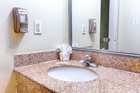 Travelodge Phoenix Downtown: Bathroom Sink