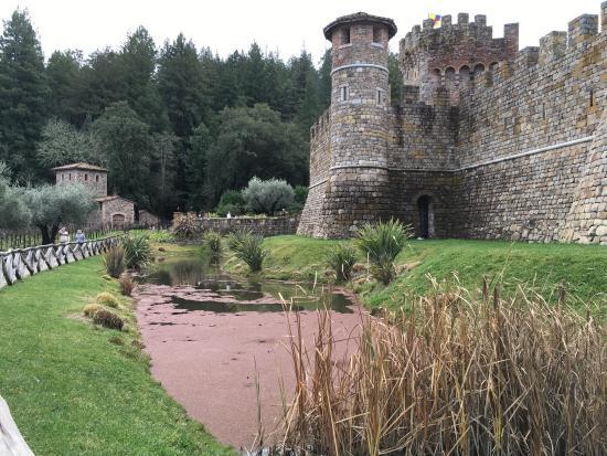 Castello di Amorosa: No moating around