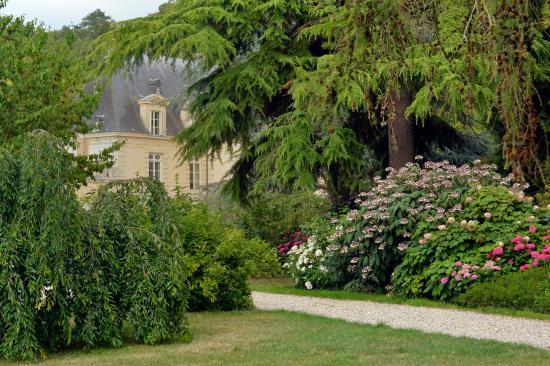 Acquigny, Francia: Le chateau dans son écrin de verdure