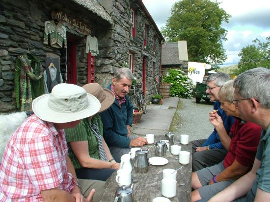 Kenmare, Irland: Enjoying a Cup of Tea at Molly Gallivans at the End of our Walk in the Bonane Valley