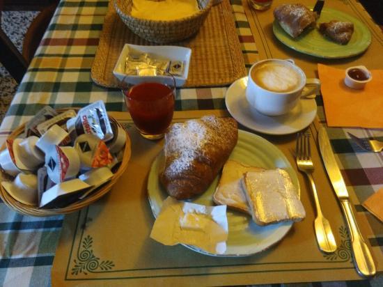 Locanda Dal Moccia: Simple but nice Breakfast !