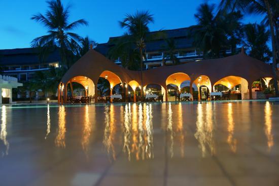 Southern Palms Beach Resort: wieczorem