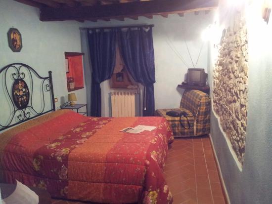 Семпрониано, Италия: Camera calda ed accogliente