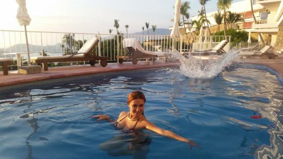 Las Brisas Acapulco: El agua de las albercas las limpian diario y decoran con flores