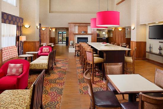 Hampton Inn & Suites Denton: Lobby Seating