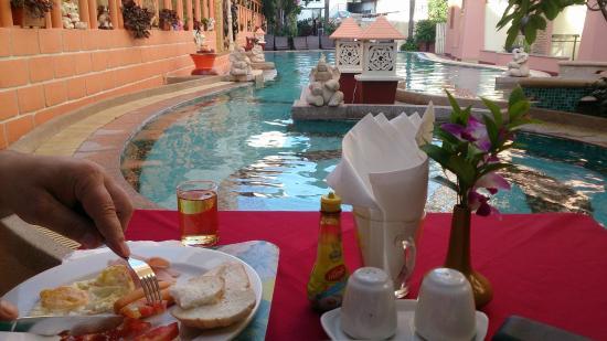 Wannara Hotel Hua Hin: Frukost vid poolen :)