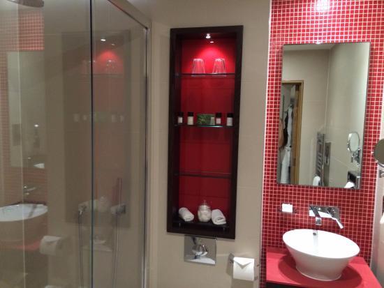 Hotel Indigo London-Paddington: Clean remodelled bathroom with glass enclosed shower