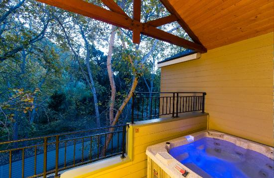 Avila Beach, Калифорния: Our Hot Tub Deluxe room is perfect for celebrating!