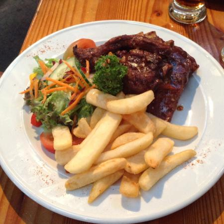 DA's Barn Restaurant & Bar: Pork spare ribs with chips and salad