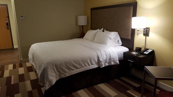 Hampton Inn Uniontown : King sized bed, very comfortable