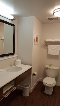 Hampton Inn Uniontown : Bathroom mirror view