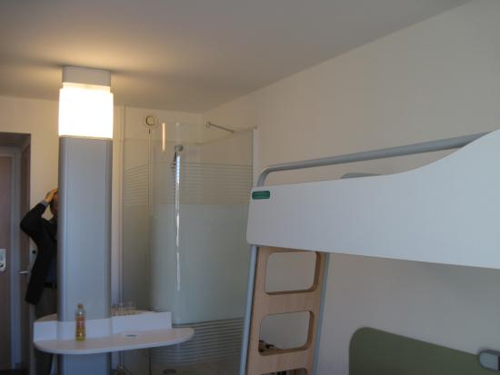 Ibis Budget Dresden City: Pia e box dentro do apartamento.
