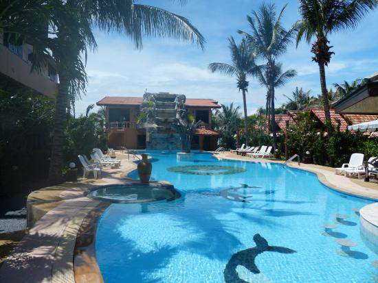 Laguna Beach Club: Shallow end of the pool.