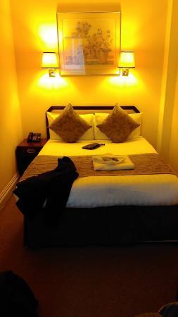 Astor Court Hotel: Quarto de dormir