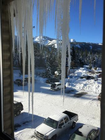 Government Camp, ออริกอน: Crazy 8 foot icicles! Viewers beware below.