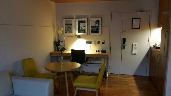 Apex City of Edinburgh Hotel: The suite, with views over looking Edinburgh Castle.