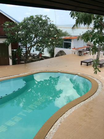 Tharathip Resort: Poolutsikt med bar.