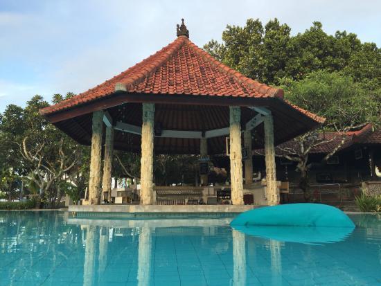 Sol Beach House Benoa Bali by Melia Hotel International: Фото бассейн и бар на 14.01.2016