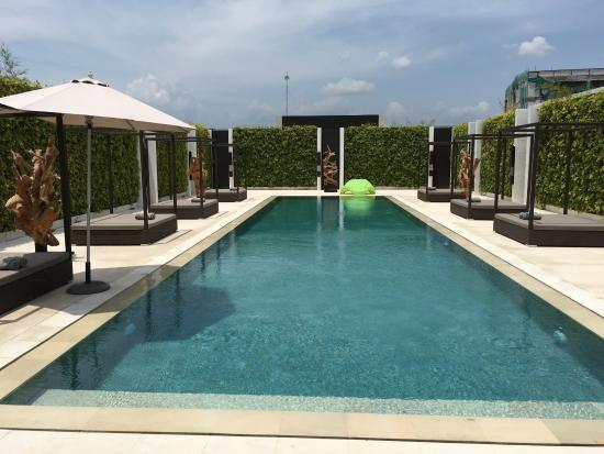eqUILIBRIA SEMINYAK: Villa public pool and beds