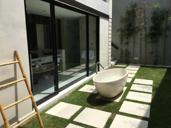 eqUILIBRIA SEMINYAK: Outdoor bath looking into the kitchen