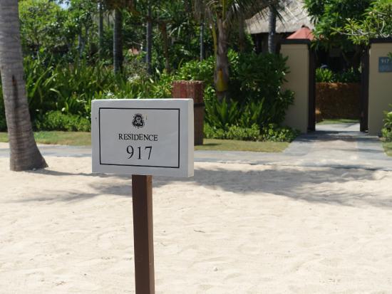 The St. Regis Bali Resort: 객실앞 해변 전용 선베드 사인판