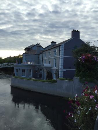 Ennis, Irlanda: Exterior view of the hostel