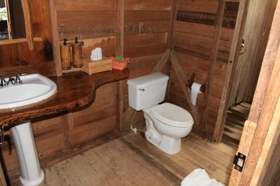 Jungle Bay, Dominica: Rustic bathroom with all the amenities