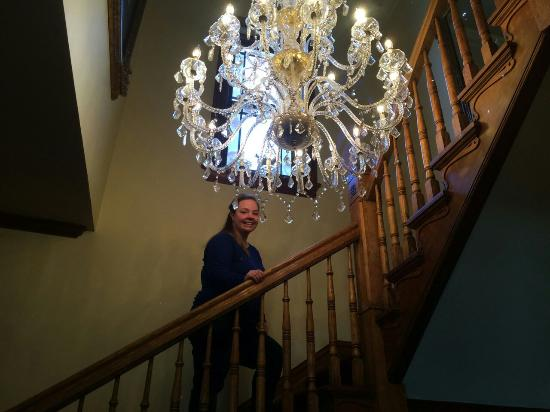 Hines Mansion Bed and Breakfast: Gone with the wind chandelier.