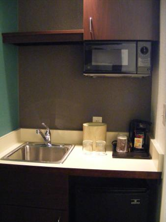 SpringHill Suites Danbury: Kitchen, as you enter room, sofa to the left