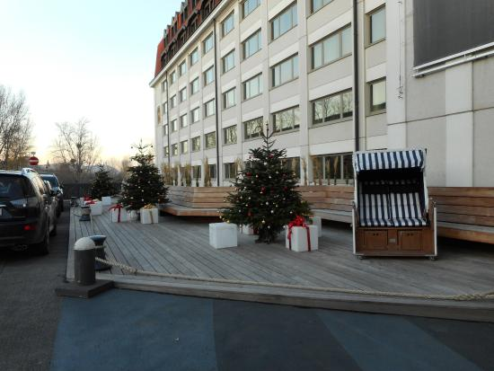 Hilton Vienna Danube Waterfront: By the Hotel Entrance