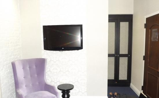 Cosmopolitan Hotel - Tribeca: Flat screen and Closet