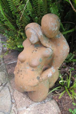 Driving Creek Villas: Sculpture outside the villa