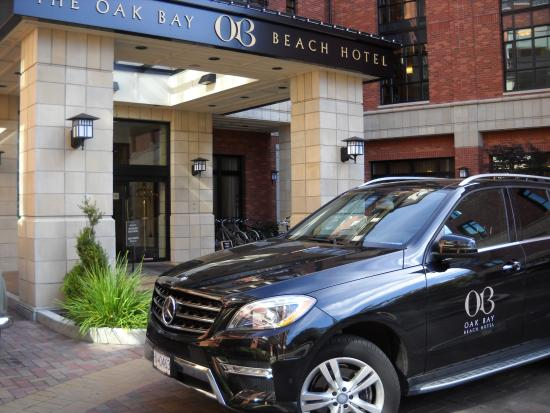 Oak Bay Beach Hotel: Hotel Entrance - Car Takes You to Oak Bay Downtown or Downtown Victoria For A Fee