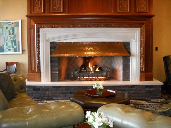 Oak Bay Beach Hotel : Fireplace and Comfortable Sitting Area Main Floor - zzzzzz!