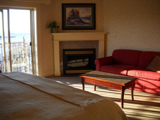 Fairhaven Village Inn: Bed, sitting area, fireplace, sliding door, balcony